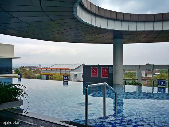 Kolam Renang di Hotel Aston Purwokerto
