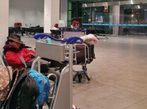tidur saat waktu transit di bandara